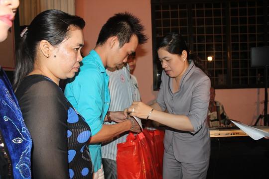 Bà Nguyễn Trần Phượng Trân, Phó Chủ tịch LĐLĐ TP trao quà cho CN ở lại tại khu nhà trọ của bà Nguyễn Thị Giám