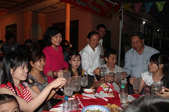 Lãnh đạo quận ủy và LĐLĐ quận 8 chúc Tết công nhân trong buổi tiệc tất niên tại khu trọ của bà Nguyễn Thị Giám
