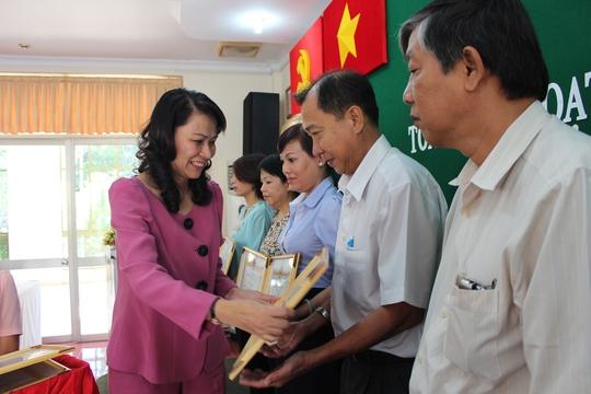 Bà Nguyễn Thị Thu, Chủ tịch LĐLĐ TP HCM, tặng bằng khen cho các nhà tại trợ