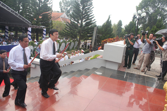 Chủ tịch nước Trương Tấn Sang dâng hương tại buổi lễ truy điệu