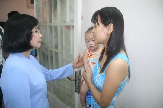 Bà Nguyễn Thị Thu Hà, Ủy viên Trung ương Đảng, Phó Bí thư Thành ủy, thăm hỏi công nhân Khu lưu trú KCN Hiệp Phước, huyện Nhà Bè