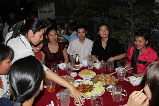 Công nhân tổ tự quản ở quận Gò Vấp bên mâm cơm tất niên do LĐLĐ quận và CLB Nữ chủ nhà trọ tổ chức.