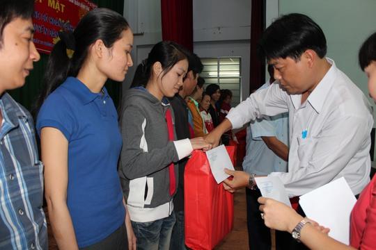 Ông Nguyễn Văn Hải, Phó Chủ tịch LĐLĐ quận Bình Tân, TP HCM tặng quà cho công nhân Công ty TNHH SB International bị mất việc làm