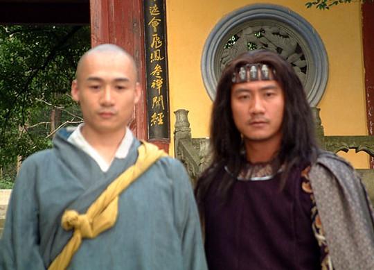Cao Hổ và Hồ Quân (diễn vai Kiều Phong (Tiêu Phong) trong phim Thiên long bát bộ)