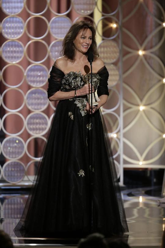 Nữ diễn viên Jacqueline Bisset trên sân khấu lễ trao giải Quả Cầu Vàng