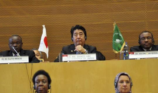 Thủ tướng Nhật Bản Shinzo Abe trong chuyến thăm Ethiopia hôm 14-1. Ảnh: AP