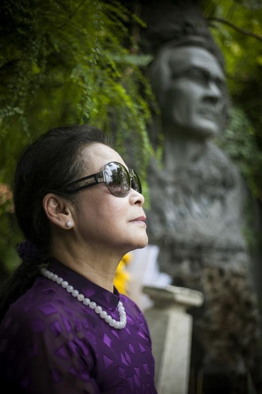 Khánh Ly mang hồng vàng viếng mộ Trịnh Công Sơn