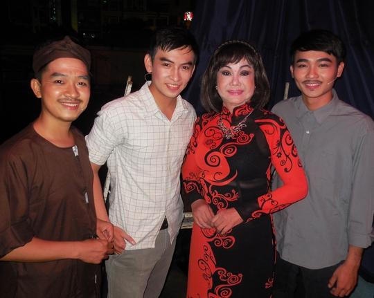 NS Kiều Phượng Loan và các diễn viên: Trung Tính, Huỳnh Quý, Nguyễn Anh Tú trong đêm mừng thọ NS Chấn Đạt.