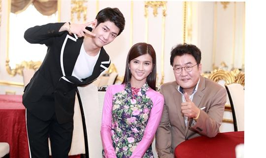 """Kang Tae Oh (bìa trái) vai Junsu: Sinh năm 1994, là diễn viên, ca sỹ, thành viên nhóm nhạc Surprise, tham gia nhiều bộ phim truyền hình và điện ảnh như """"Love and War 2"""", """"Miss Korea""""…Tae Oh vào vai Junsu, một chàng trai hát hay, nhảy đẹp nhưng đôi khi rất trẻ con."""