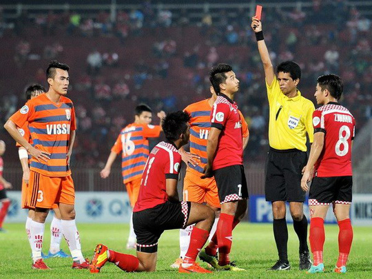 Một cầu thủ của Kalantan nhận thẻ đỏ trong trận thua V.Ninh Bình 2-3 - Ảnh: AFC