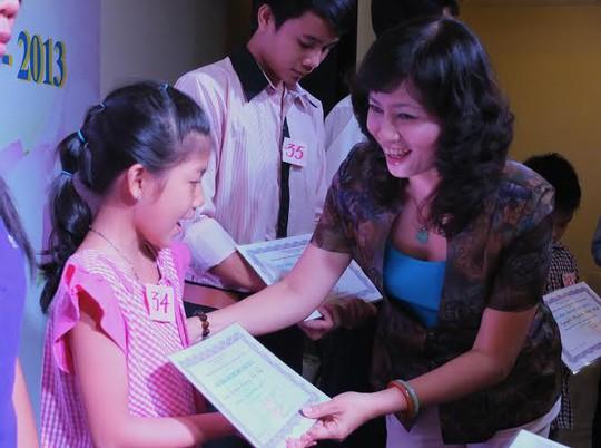 Bà Nguyễn Thị Bạch Lan, Chu tịch CĐ Tổng công ty Du lịch Sài Gòn, trao học bổng cho con CNVC-LĐ vượt khó, học giỏi