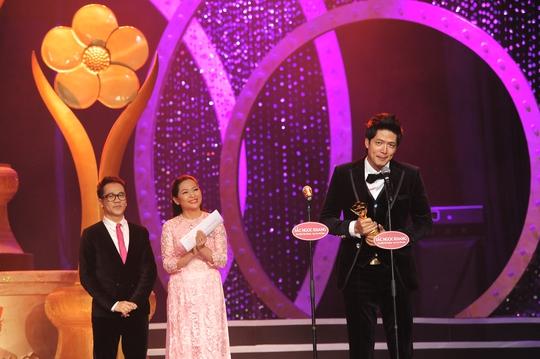 Bình Minh hạnh phúc nhận Giải Mai Vàng ở hạng mục Người dẫn chương trình được yêu thích nhất 2012. Ảnh: Lý Võ Phú Hưng