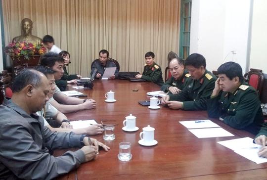 Trung tướng Võ Văn Tuấn (đầu tiên bên phải) làm việc với các Tùy viên quân sự Malaysia và Singapore