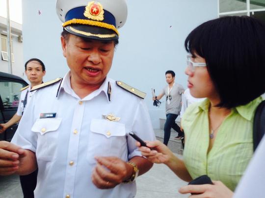 Chuẩn đô đốc Lê Minh Thành, Phó Tư lệnh Quân chủng Hải quân, trao đổi với báo giới chiều tối 12-3 - Ảnh: Ca Linh