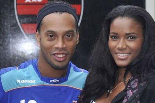 Ronaldinho chụp ảnh cùng Hoa hậu Hoàn vũ Angola năm 2011
