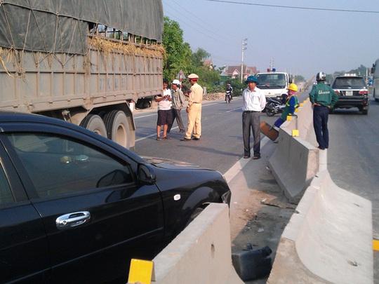Lực lượng CSGT điều tiết giao thông, điều tra vụ tai nạn do xế hộp đi ngược chiều gây ra