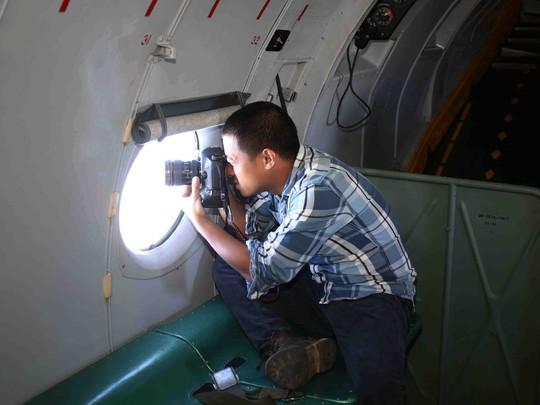 Phóng viên Mạnh Duy đang tác nghiệp trên chiếc AN26