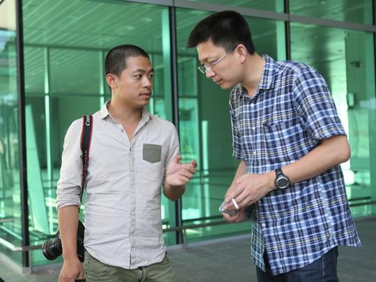 Phóng viên báo Người Lao Động (trái) trao đổi thông tin với các phóng viên Trung Quốc - Ảnh: Đức Đồng