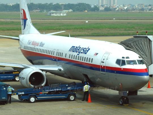 Một máy bay của hãng hàng không Malaysia Airlines đang trả, đón khách tại sân bay Tân Sơn Nhất - Ảnh minh họa