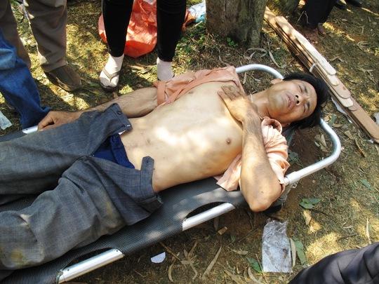 Kỵ sĩ Vũ Hồng Hưng đau đớn vì bị ngựa giẫm phải bụng