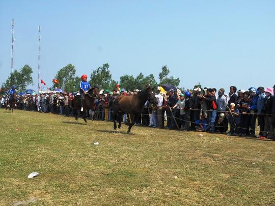 Ngay từ sáng sớm, hàng ngàn người kéo nhau đến xem Hội đua ngựa