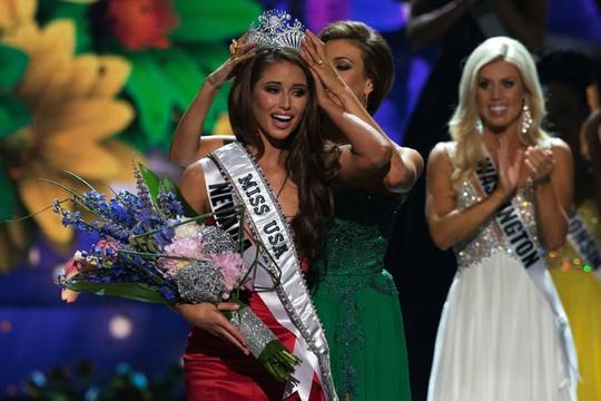 Nia Sanchez nhận vương miện từ cựu Hoa hậu Mỹ 2013 Erin Brady. Ảnh: Reuters
