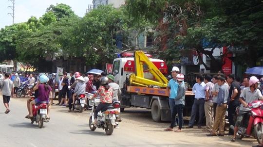 Người dân địa phương bàng hoàng trước vụ tai nạn máy bay - Ảnh: Nguyễn Quyết