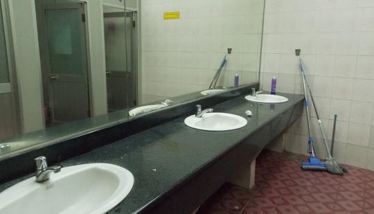 Dụng cụ làm vệ sinh để cả ở toilet dành cho khách đi máy bay