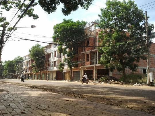 Khu nhà liên kế trên đường Lê Duẩn, thị xã Đồng Xoài, tỉnh Bình Phước – một trong những sai phạm khiến BCH Đảng bộ tỉnh Bình Phước phải kỷ luật nhiều cán bộ.