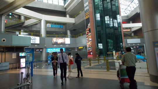 Nhân viên vệ sinh ở sân bay Nội Bài