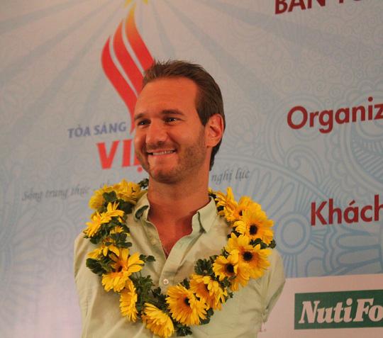 Mặc dù hạ cánh trên chuyến bay đêm và rất mệt nhưng Nick Vujicic rất vui vì tình cảm trìu mến và sự đón nhận của cộng đồng Việt.