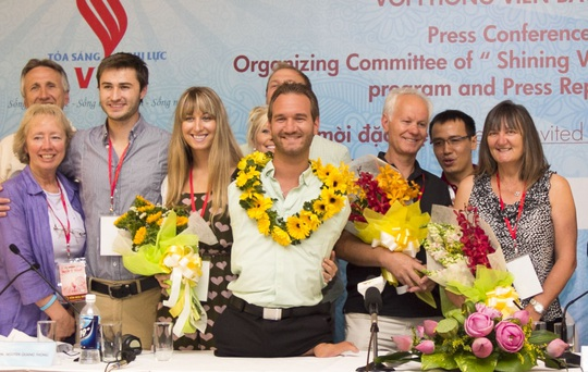 Cả gia đình Nick cùng xuất hiện tại Việt Nam lần này: Mẹ Nick đứng ngoài cùng bên phải, bố Nick và cô em gái đứng hai bên chàng trai kỳ diệu.