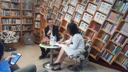 Nhà văn Nicola Ancion trong cuộc giao lưu với báo chí và độc giả chiều 29-9 tại TP HCM