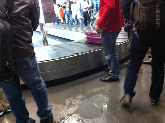 và nước ở nơi chờ lấy hành lý ở sân bay Nội Bài