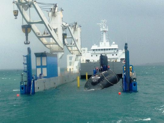 Dòng nước biển đầu tiên ùa vào khoang tàu vận tải chở Tàu ngầm TP Hồ Chí Minh - Ảnh: Kỳ Nam
