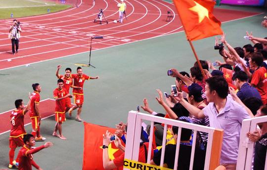Olympic Việt Nam chia vui cùng khán giả nhà sau trận thắng Olympic Iran