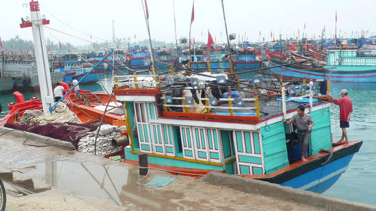 Tàu các hối hả cập bờ để kịp đón Tết với gia đình