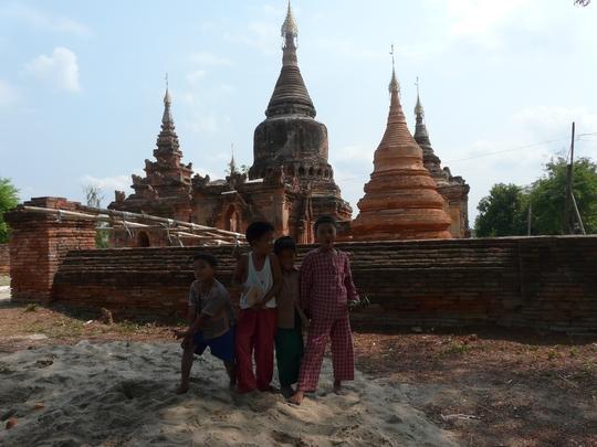 Trẻ em Myanmar bên những khu tháp cổ