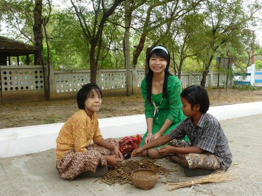Tác giả cơi đùa với trẻ em Bagan