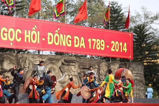 Tiết mục sân khấu được dàn dựng mô phỏng việc quân Mãn Thanh chiếm kinh thành Thăng Long