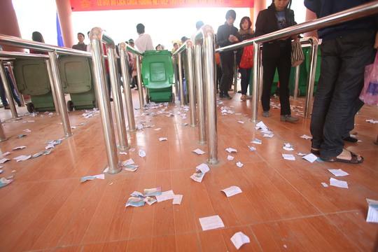 Tình trạng xả rác ở trạm kiểm soát vé diễn ra phố biến gây mất mỹ quan
