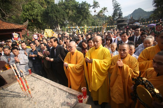Thượng toạ Thích Minh Hiền, trụ trì chùa Hương dẫn đầu các chư tăng và các đại biểu thắp hương tại Thiên Trù