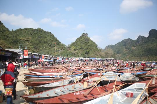 Số đò đưa đón du khách trên suối Yến đã được tăng lên gần 5.000 đò trong năm nay
