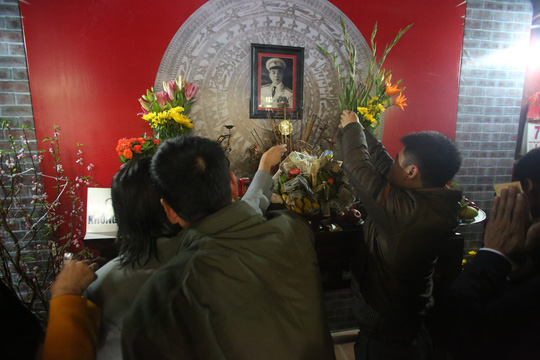 Người dân làng Mộ Trạch thắp hương tưởng nhớ Đại tướng Võ Nguyên Giáp