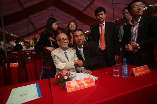 Giáo sư Vũ Khiêu, chủ tịch danh dự dòng họ Vũ-Võ Việt Nam nhận lời chúc mừng từ các thế hệ của dòng họ