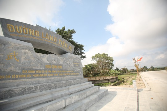 Niềm tự hào của ngôi làng có nhiều tiền sĩ nhất VN được đặt trên tấm bia đá ngay đầu cổng làng
