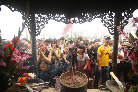 Chùa Hoa Yên kín đặc dòng người trong buổi sáng mở hội