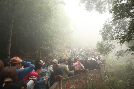 Dù trởi rét và sương mù dày đặc dòng người vẫn đổ về Yên Tử rất đông