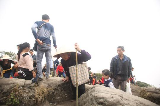 Trong dòng người hành hương về Yên Tử không thiếu những cụ già đã 80, thậm chí 90 tuổi