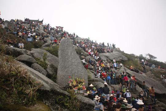 Quang cảnh đỉnh núi Yên Sơn đoạn gần lên đến chùa Đồng